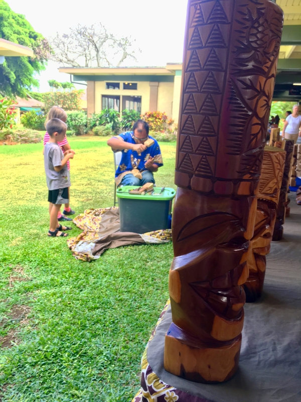 poipu_shopping_village_the_village_market_live_wood_carver